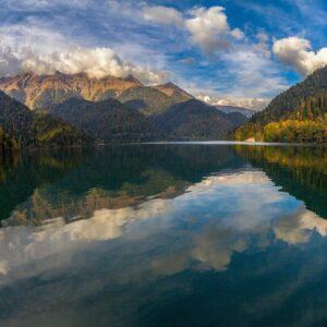 красивое озеро, небо, коло года
